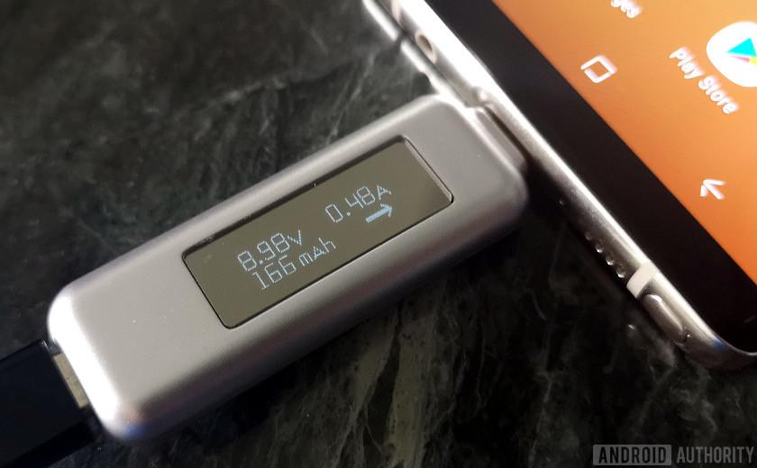 Şarj cihazı, tamamen şarj edilmiş bir akıllı telefona giden akım miktarını gösterir