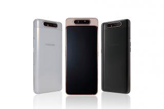 Samsung A80 yalnız yüksək güclü kameranı qaldırır və irəli çevirir.