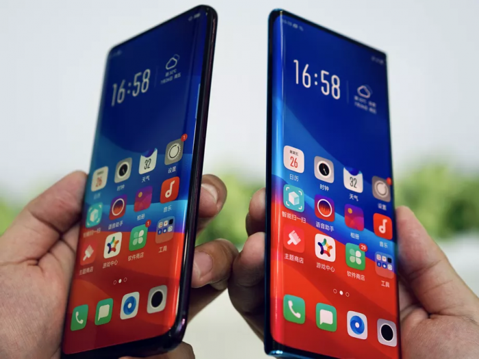 Oppo Find X (chwith) a Oppo Waterfall (dde)