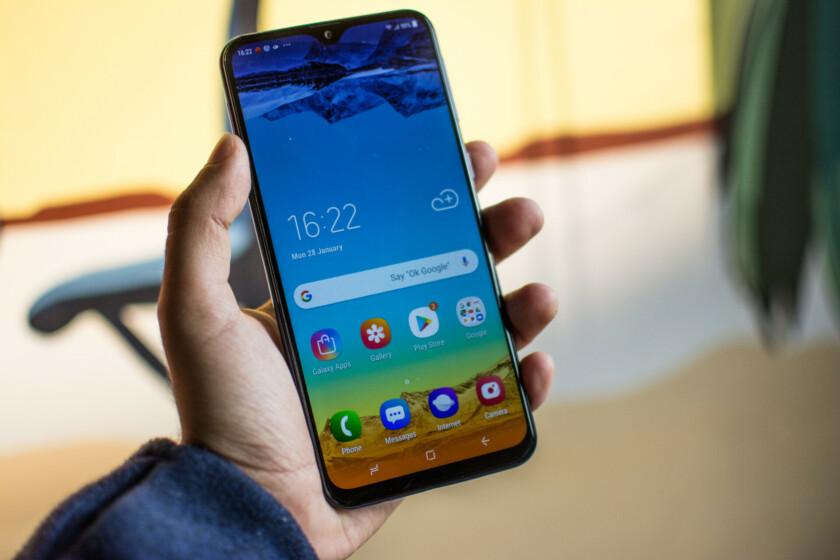 Samsung Galaxy M20 con pantalla 6,3 pulgadas por relación de aspecto 19,5: 9 sostenido.