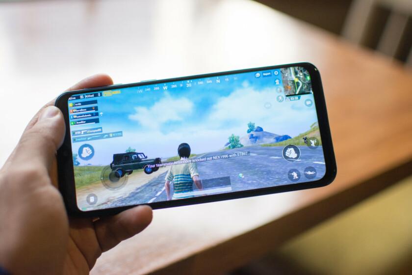 Samsung Galaxy M20 sostiene y juega PubG Mobile.