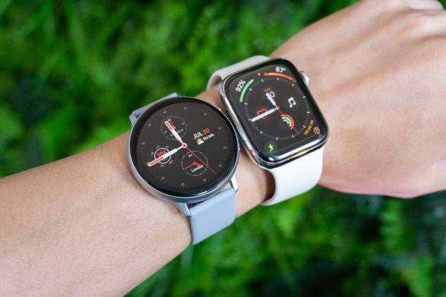 44mm Galaxy Aktiivinen kello 2 vieressä 44 mm Apple Watch Sarja 4.