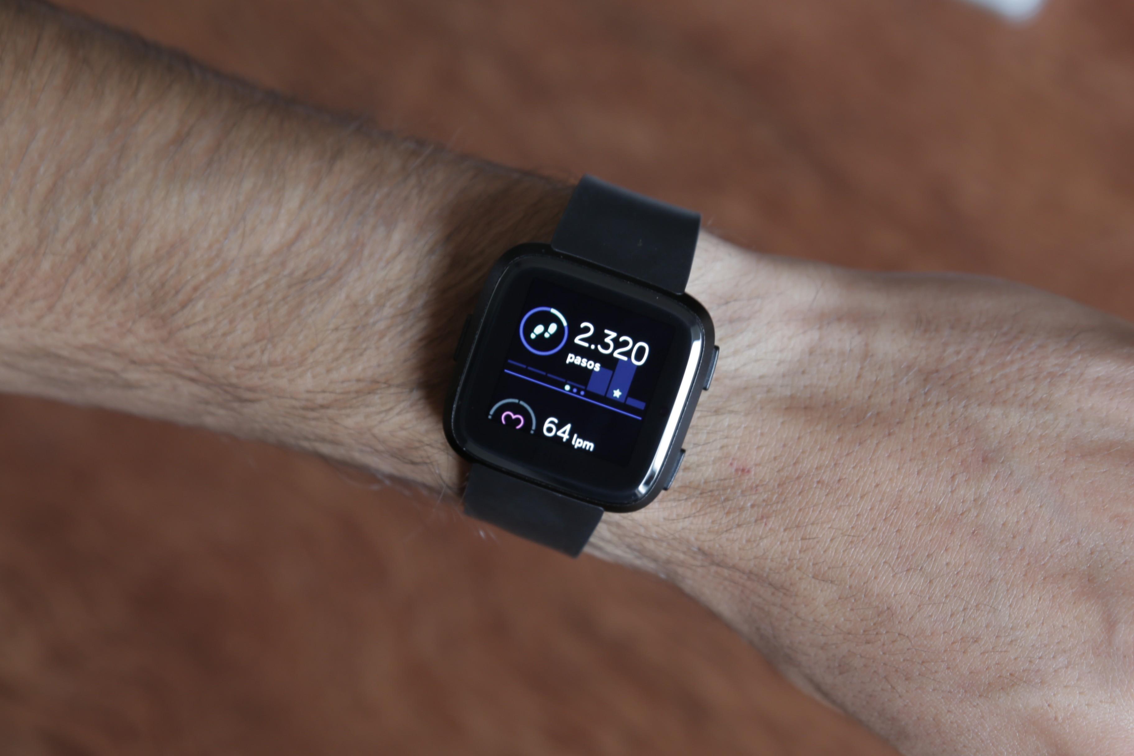 """Revisión Fitbit Versa 8""""ancho ="""" 3645 """"altura ="""" 2432"""