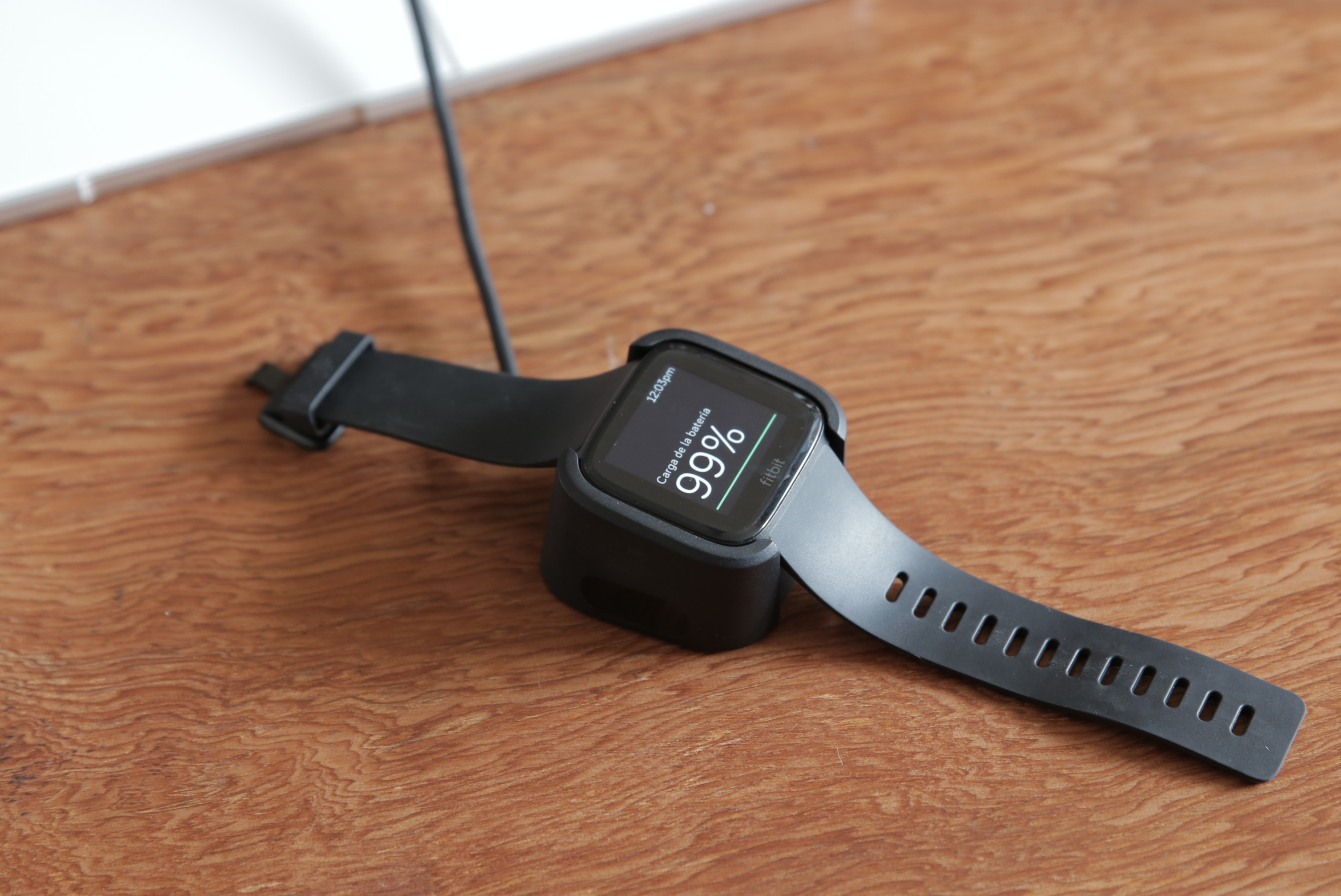 "Revise Fitbit Versa 10 ""ancho ="" 4068 ""altura ="" 2719"