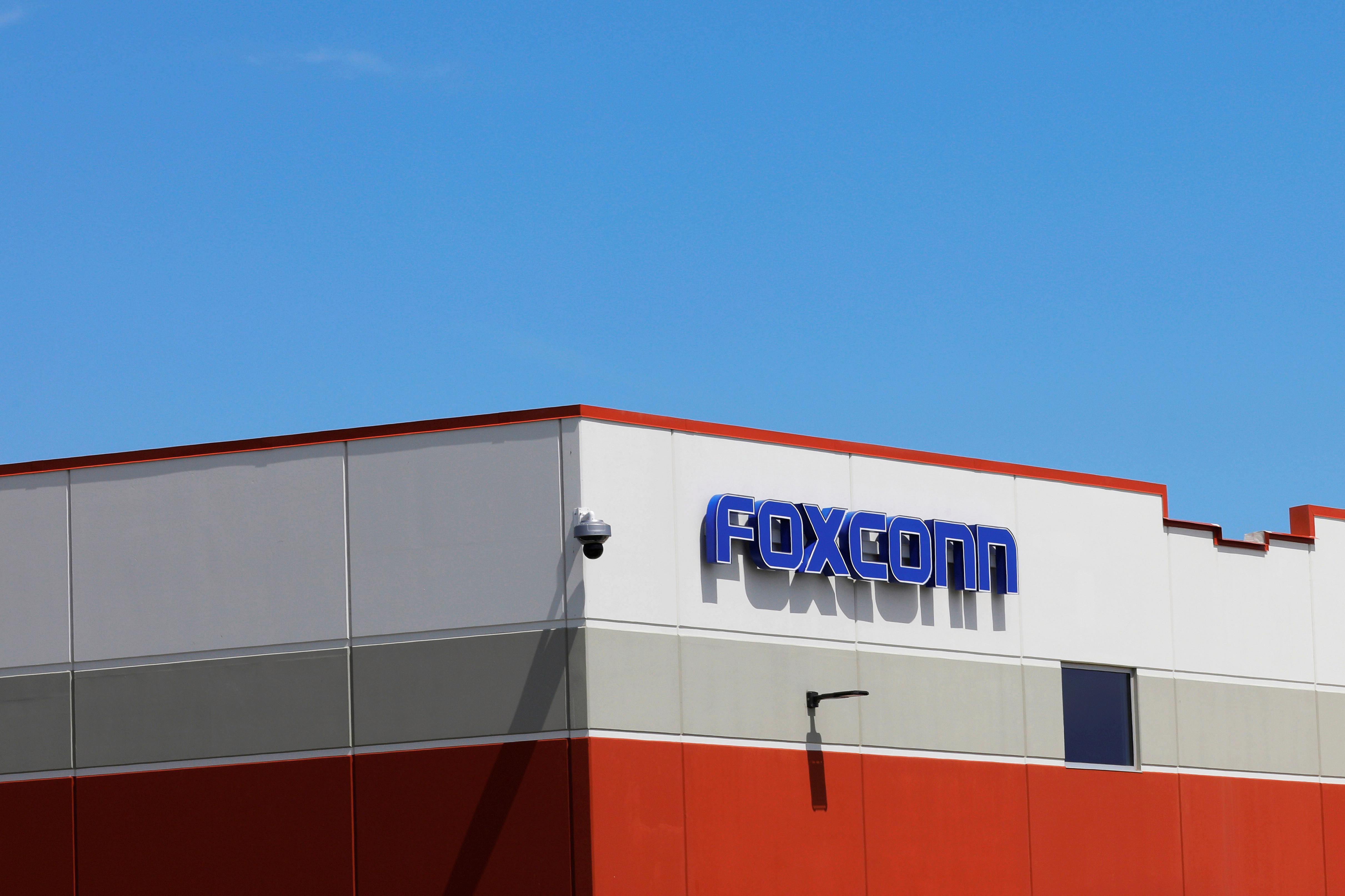 Spoločnosť Foxconn uviedla, že zabezpečí dočasné porušenie pracovných zákonov Amazon uviedol, že začal vyšetrovanie