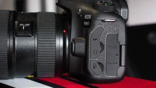 Soket headphone Canon EOS 90D, layar 4K, dan layar artikulasi yang ideal membuatnya ideal untuk video