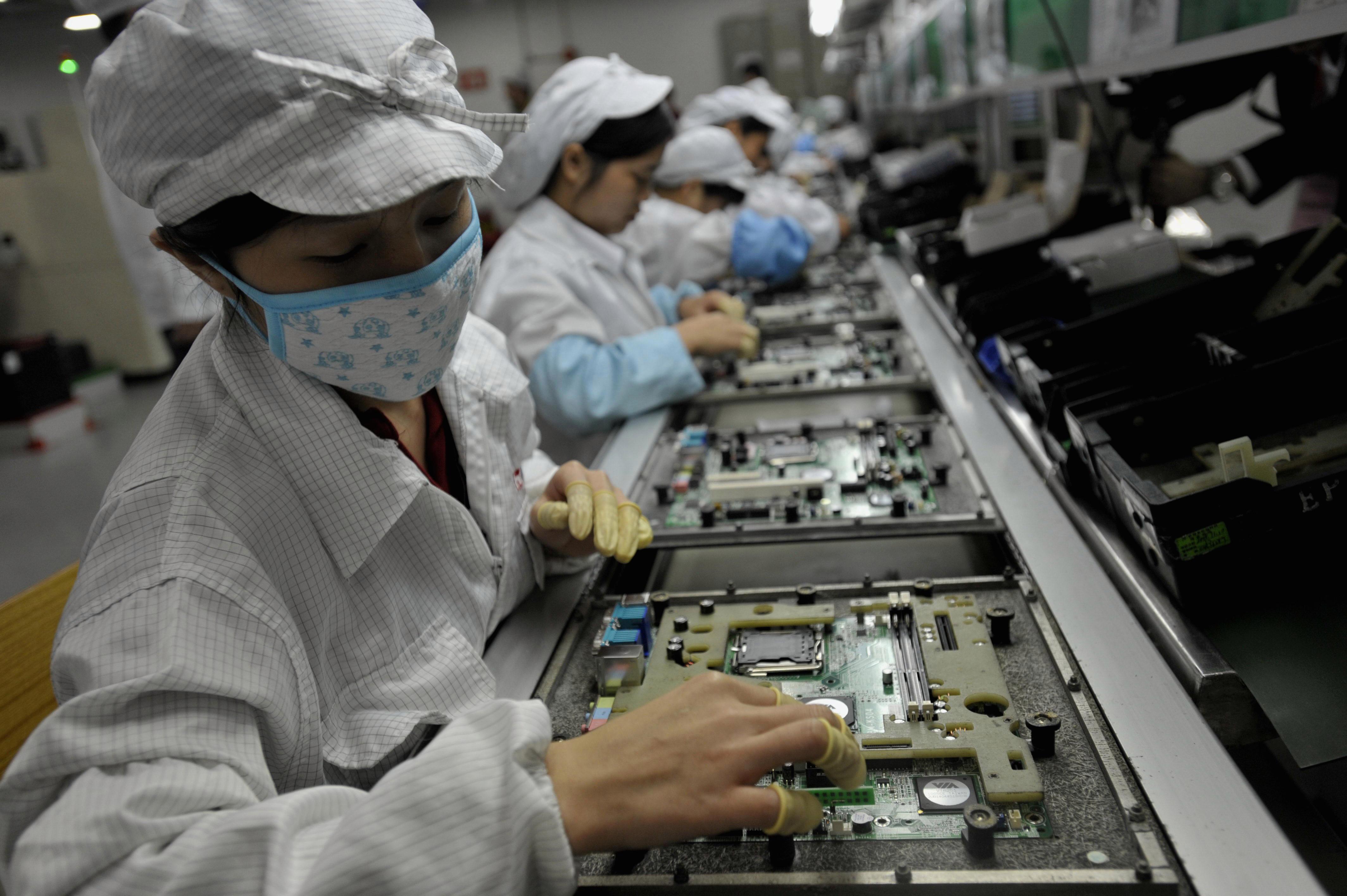 Công nhân tại nhà máy Foxconn ở Trung Quốc. Theo báo cáo, một tổ chức từ thiện đã thực hiện