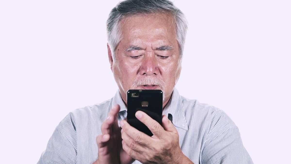 Esta aplicación facilita el uso de un teléfono celular para personas con problemas de visión 1