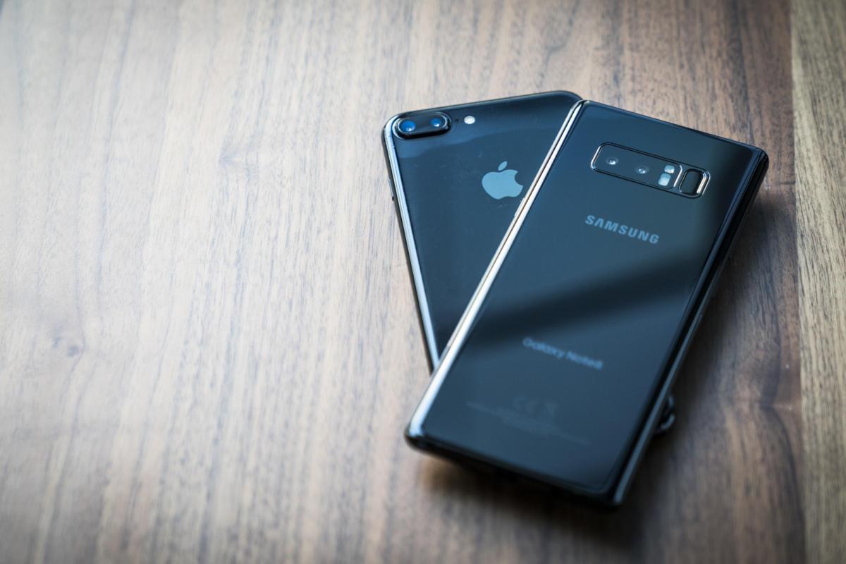Vụ kiện chống lại Apple và Samsung do bức xạ dư thừa trên điện thoại thông minh của họ