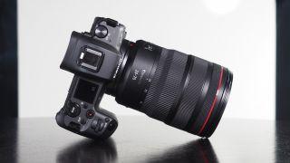 Canon RF 24-70mm f / 2.8L gần như không thể phân biệt được với tướng 15-35mm ở cái nhìn đầu tiên