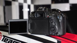 Canon EOS 90D memperkenalkan joystick, dan (memasang kembali beberapa tombol untuk mengakomodasi)