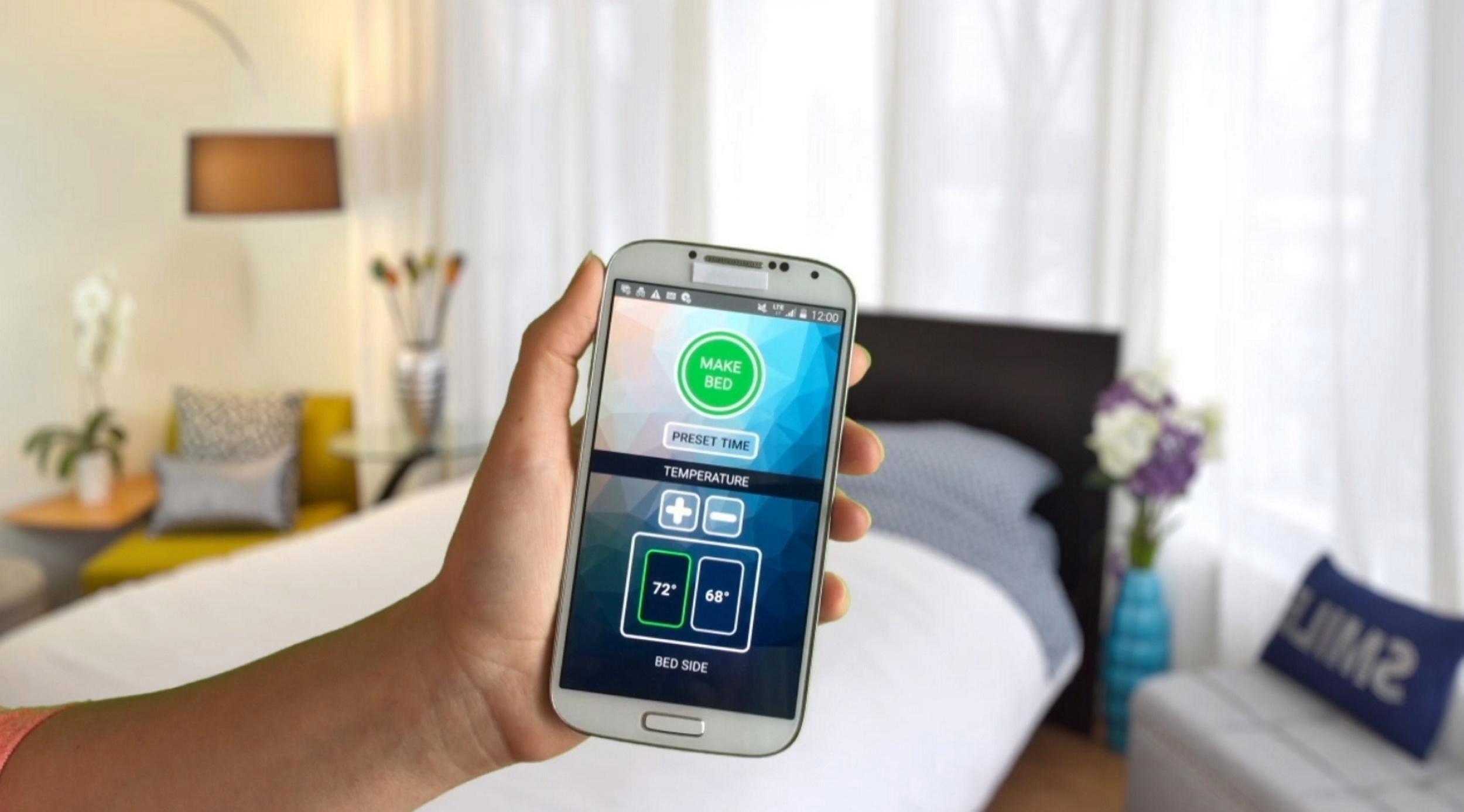 Smartduvet Breeze е програмиран да го направи вашиот кревет со помош на гумена цевка што предизвикува листовите да се преселат во форма на готовиот кревет