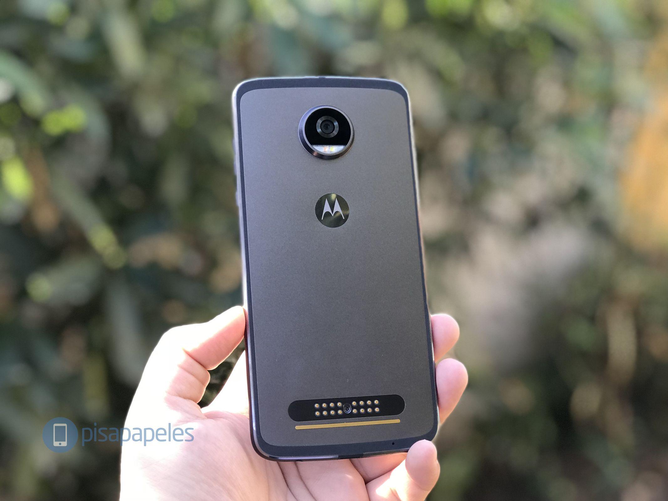"Esamina il Motorola Moto Z2 Play 2""larghezza ="" 2133 ""altezza ="" 1600"