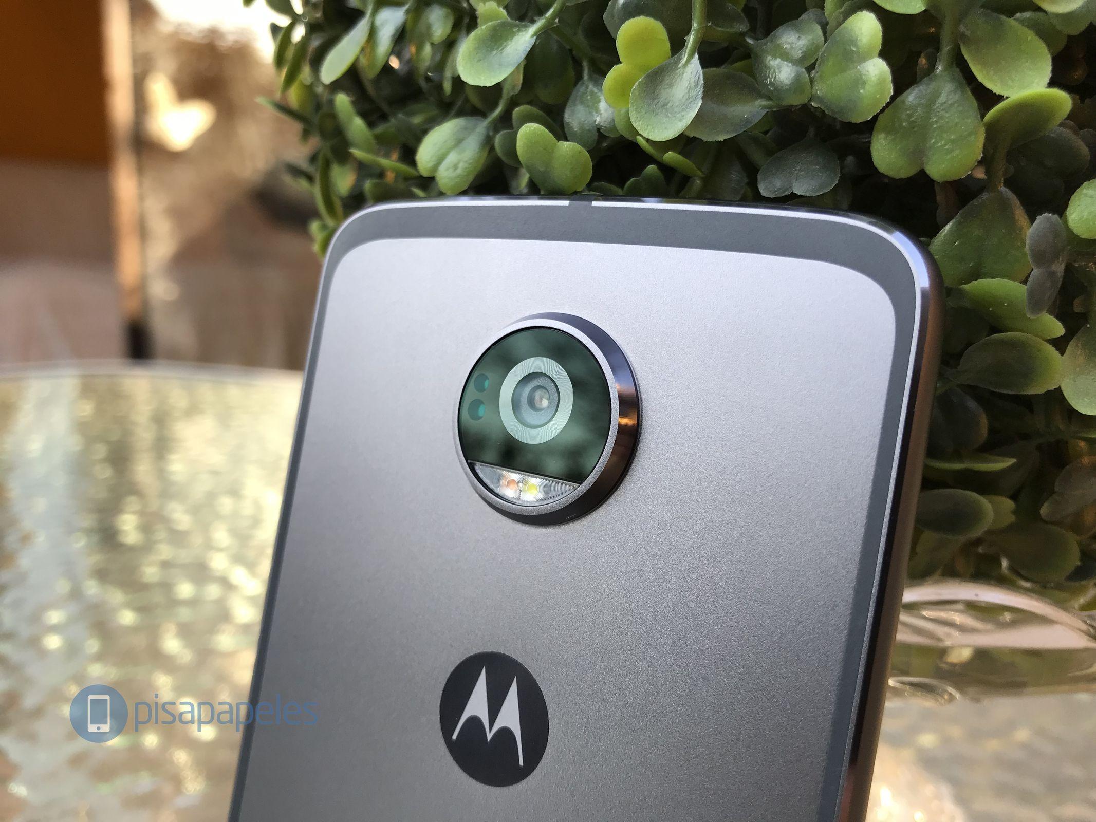 "Esamina il Motorola Moto Z2 Play 8""larghezza ="" 2133 ""altezza ="" 1600"