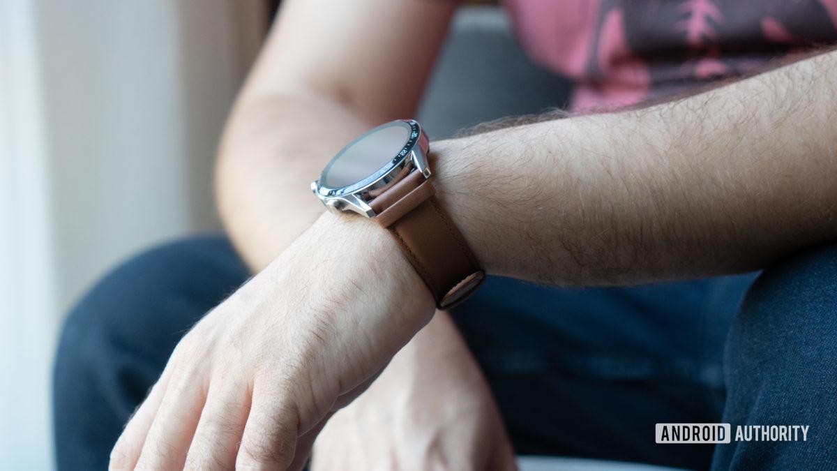 Huawei Watch GT 2 təsadüfi bir kukla üzərində 2