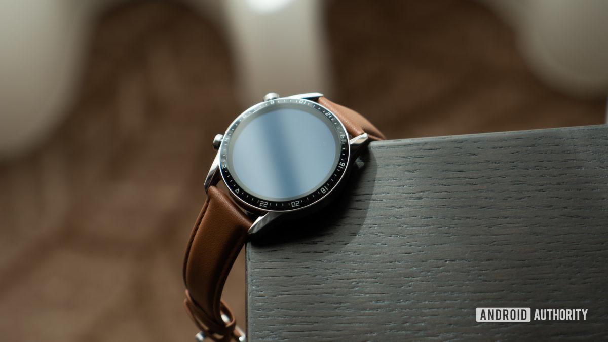 Huawei Watch GT 2 əyilmiş masada
