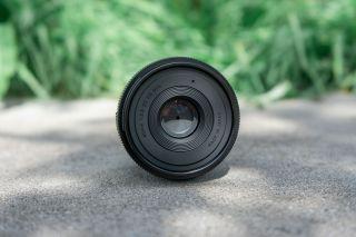 Nếu bạn muốn chụp phơi sáng dài, Sigma 45mm f / 2.8 có một bộ lọc 55mm