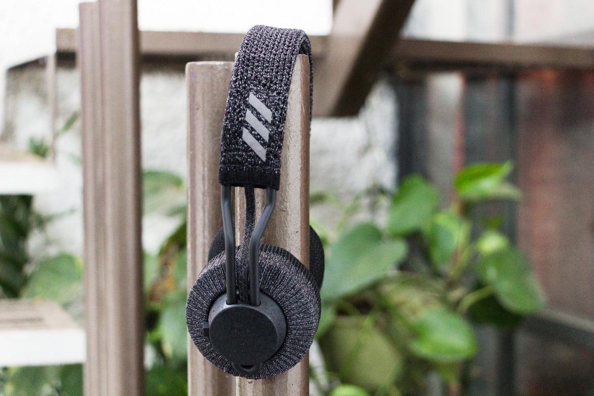 Gunakan headphone nirkabel Adidas RPT-01 pada sebuah tabung
