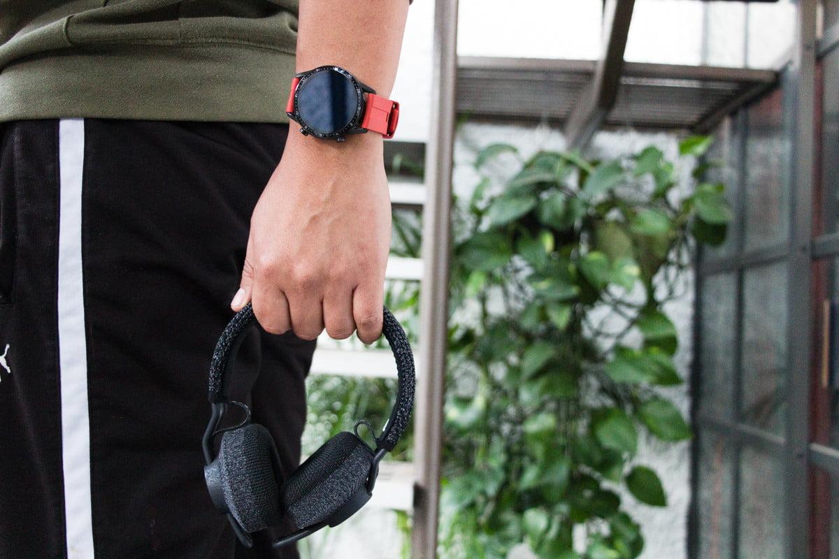 Pengguna yang memegang headphone nirkabel Adidas RPT-01