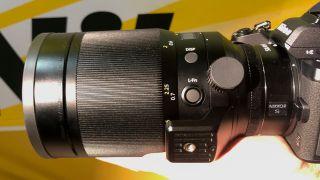 Nikon Nikkor Z 58mm f / 0.95 S Noct - funksiya düyməsi və tripod yaxası