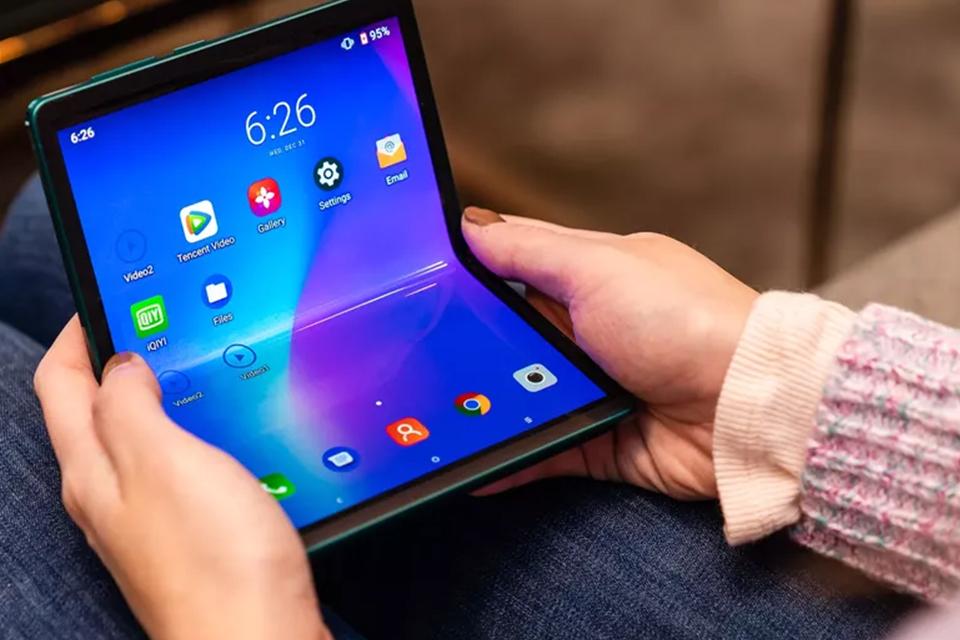 TCL telah berinvestasi dalam perangkat lipat untuk waktu yang lama. Selama Consumer Electronics Show 2020, perusahaan meluncurkan smartphone konsep