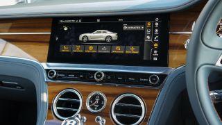 Bạn có thể kiểm soát các cài đặt xe khác nhau từ màn hình cảm ứng
