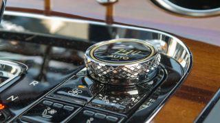 Kết thúc có khía được áp dụng cho các điều khiển khác nhau trên Continental GT