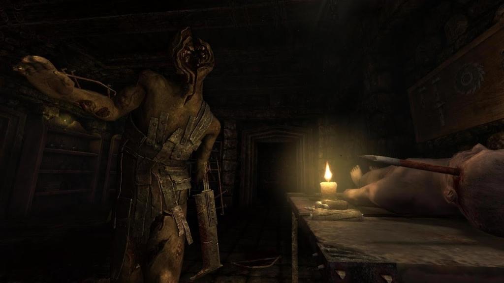 Layar dari game Amnesia, salah satu game indie dalam daftar, dengan monster berwajah berjalan di sebuah ruangan yang hanya diterangi oleh lilin