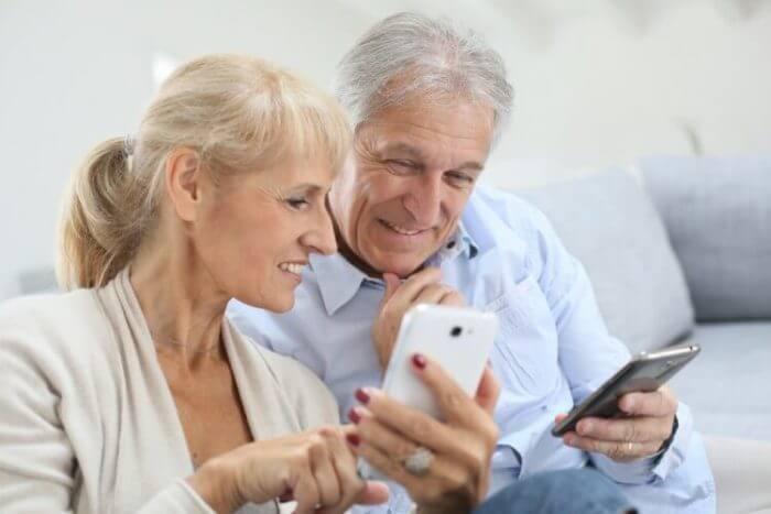 Người cao niên sử dụng điện thoại thông minh