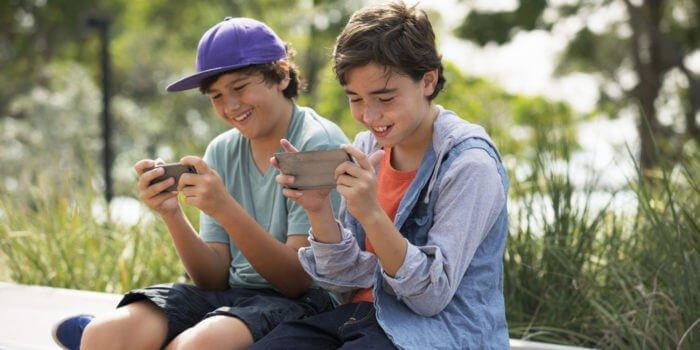 Thanh thiếu niên sử dụng điện thoại thông minh
