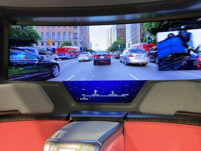 Màn hình OLED của chiếc xe tự trị có thể hiển thị hàng loạt, phim và cả khu vực bên ngoài nhờ vào sistema tăng cường thực tế (Ảnh: Sinh sản)