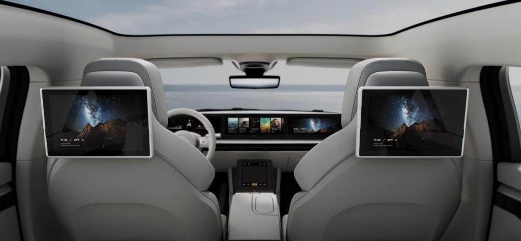 Nội thất của xe bao gồm một màn hình lớn và hai ở phía sau