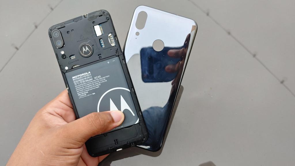 Moto E6 Plus quay ngược thời gian với mặt sau có thể tháo rời