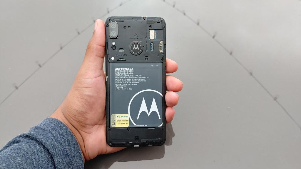 Pin rời Moto E6 Plus có thể xử lý hơn một ngày sử dụng vừa phải