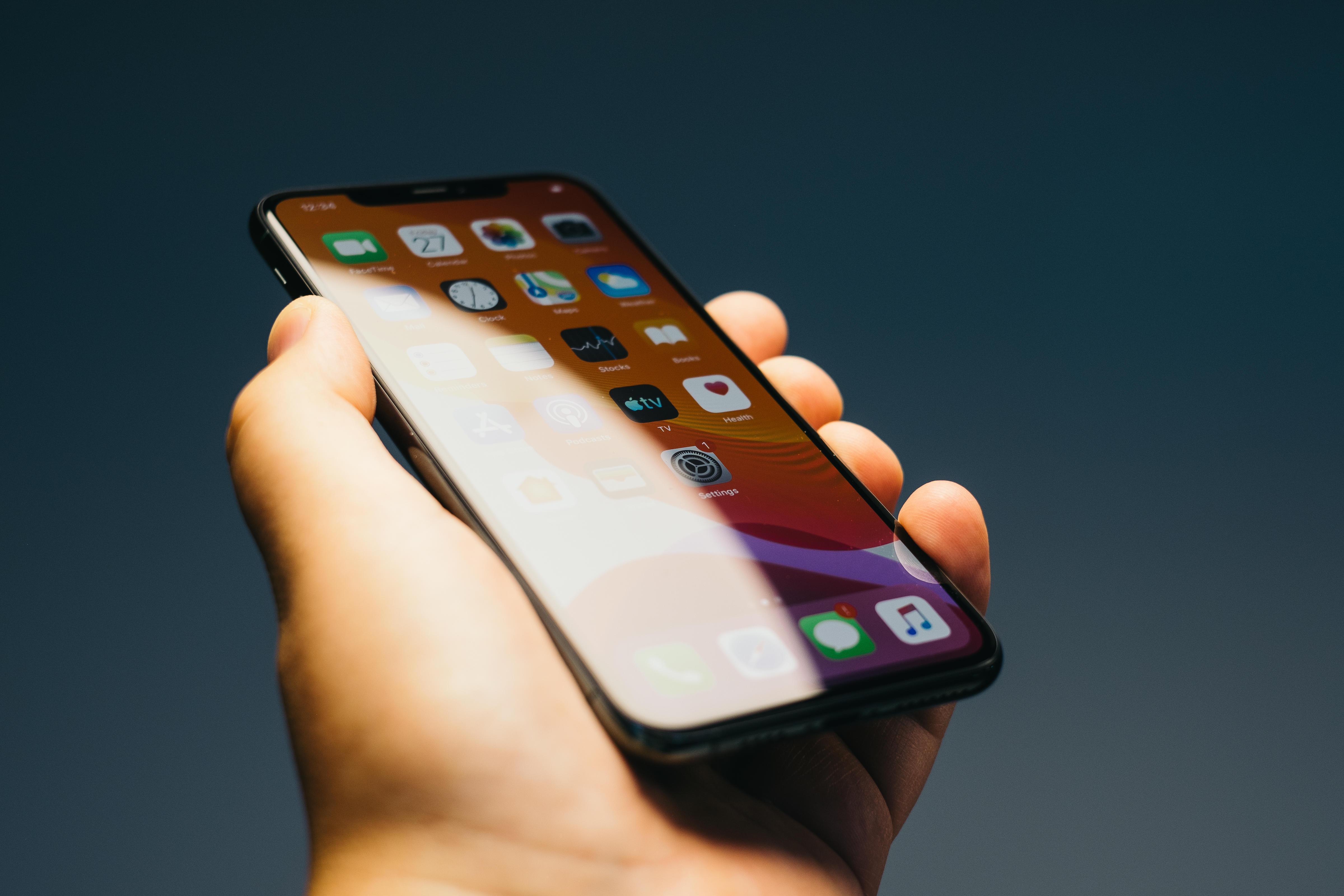 IPhone 11 Pro Max, được phát hành năm ngoái, là một trong hơn một chục điện thoại di động Apple thường xuyên cung cấp cập nhật bảo mật