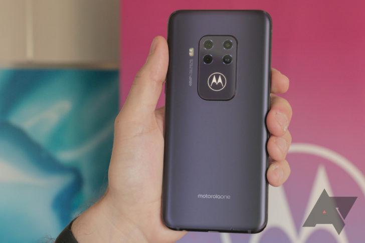 Motorola One Zoom thực sự thể hiện với bốn camera phía sau sáng bóng và cánh dơi