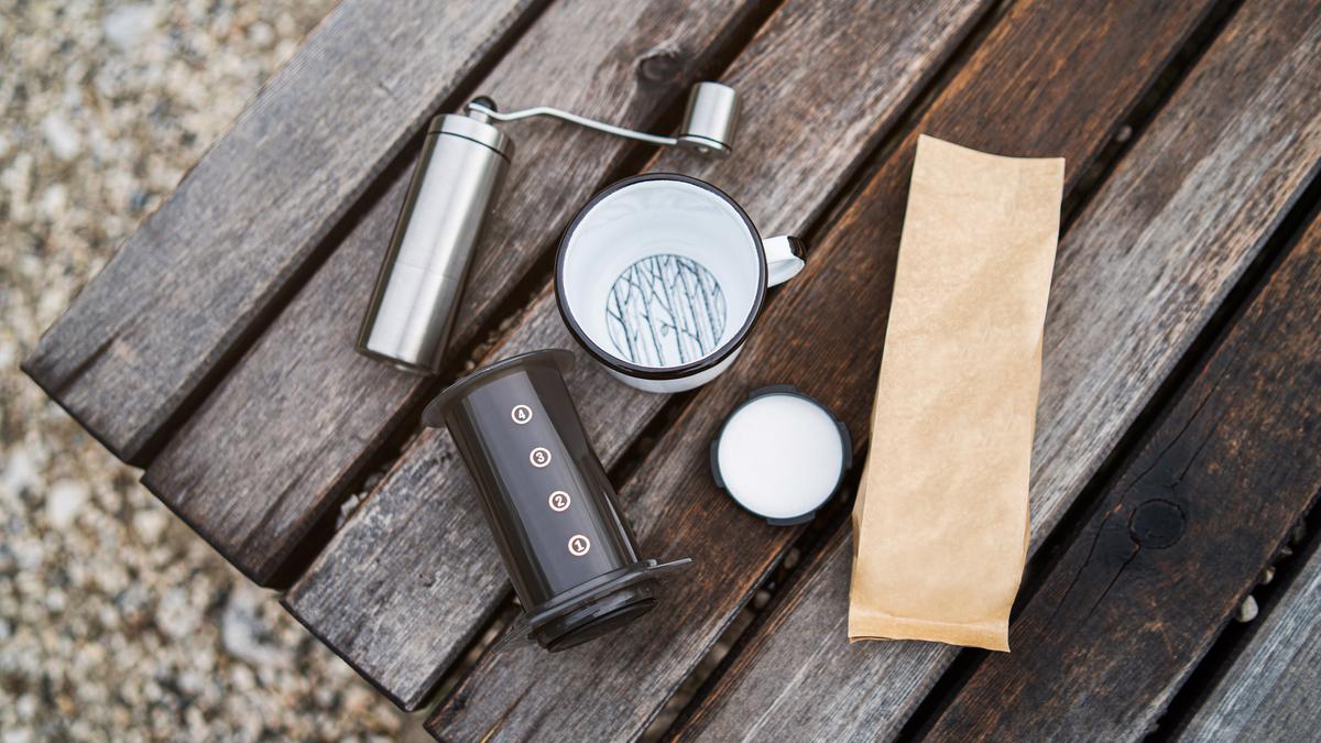 Đồ uống cà phê du lịch trên băng ghế