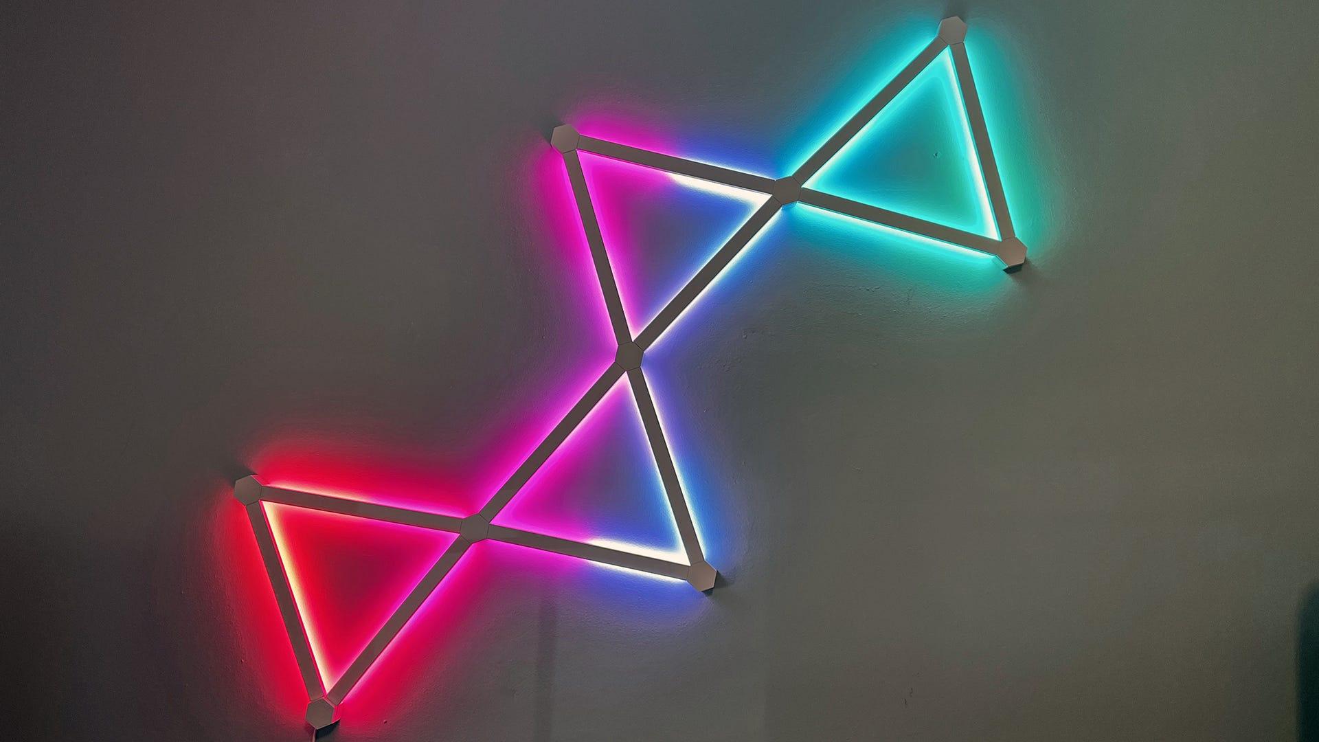 Đèn thắt nơ được kết nối phát sáng màu đỏ, tím, xanh lam và mòng két.
