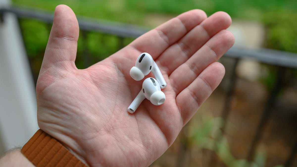 Apple  AirPods Pro Bud trong tay