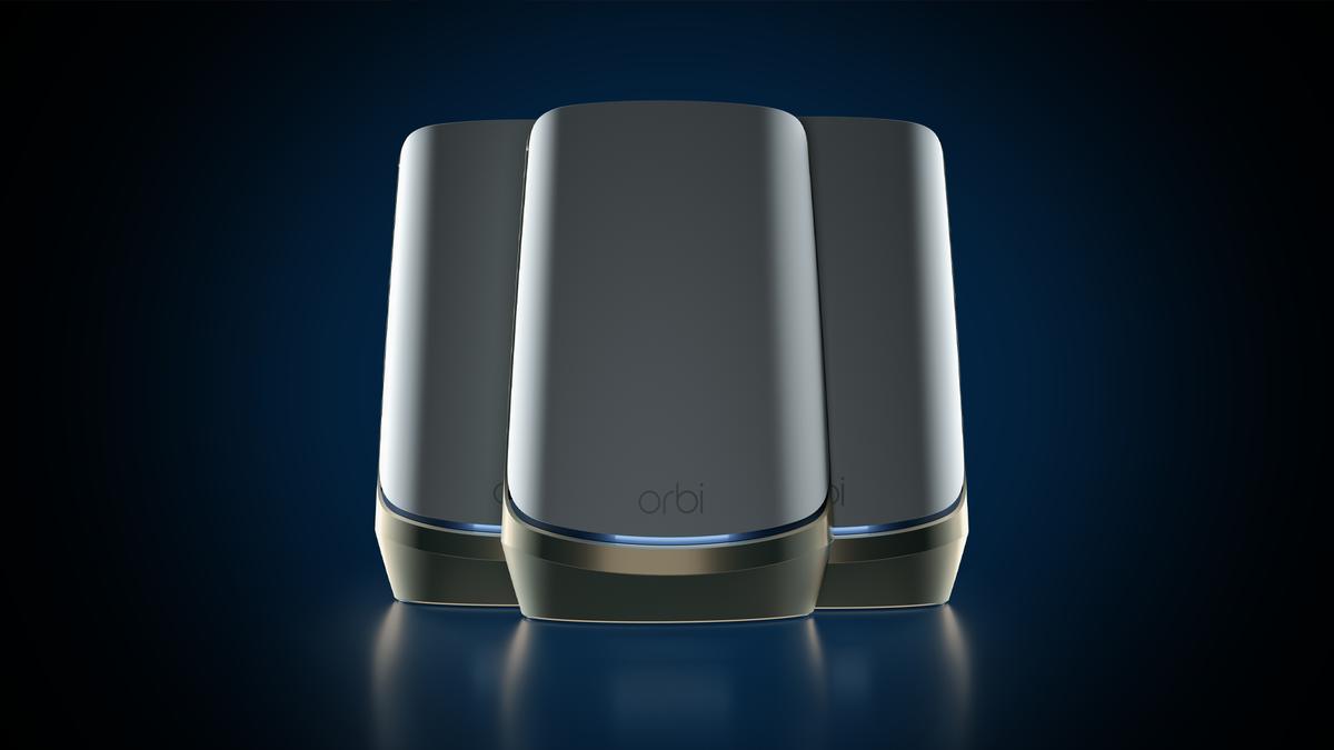 Ba nút Netgear Orbi Quad-band Mesh WiFi 6E lưới Wi-Fi 6E trên nền đen.