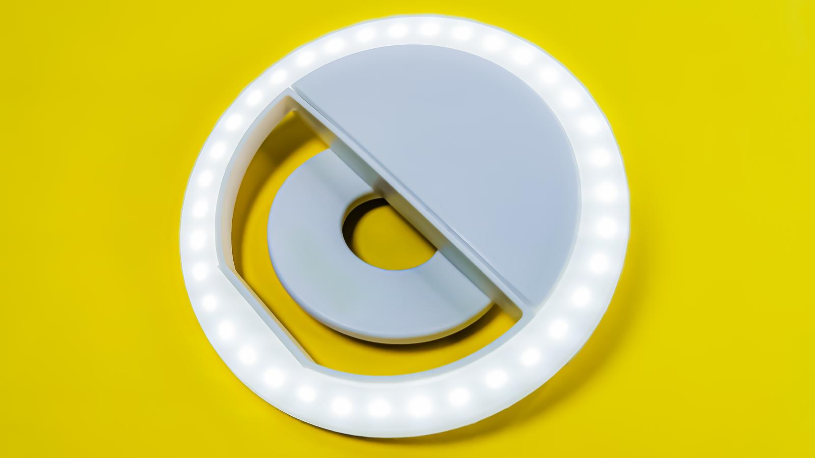 Cận cảnh đèn LED selfie vòng tròn đèn LED cho điện thoại chụp ảnh trên nền vàng sáng