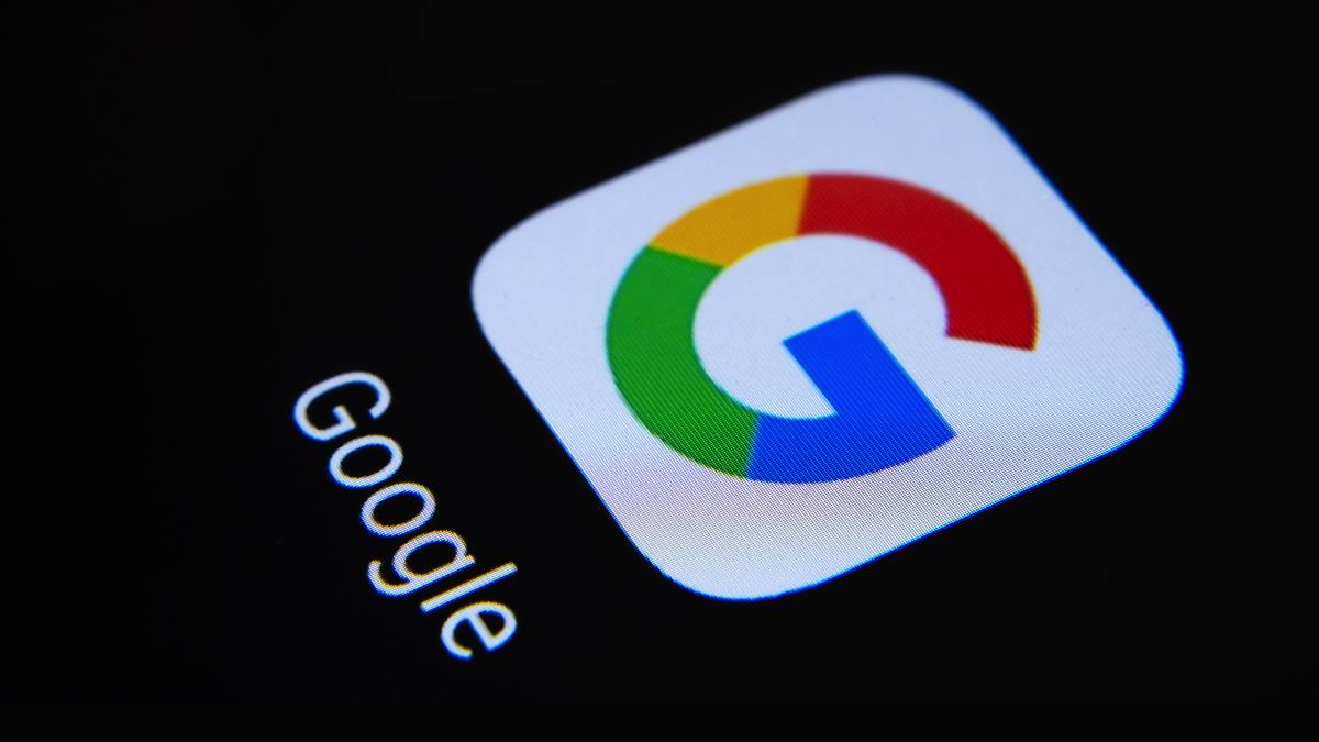 Ảnh cận cảnh biểu tượng của ứng dụng Google trên nền đen.