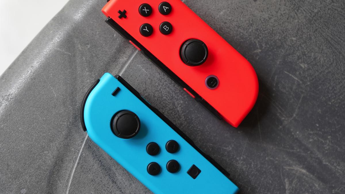 Một cặp Nintendo Joy-Cons trên bàn.